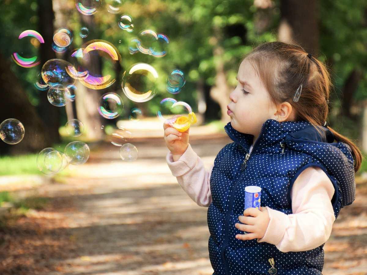 Estableciendo vínculos con los niños pequeños a través del juego
