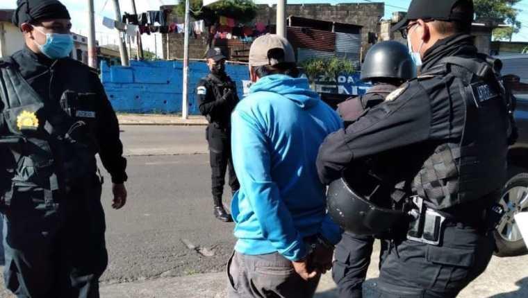 Agentes del Comando Antisecuestros de la PNC capturan a uno de los dos integrantes de la banda los Indomables de Occidente. (Foto Prensa Libre: PNC)