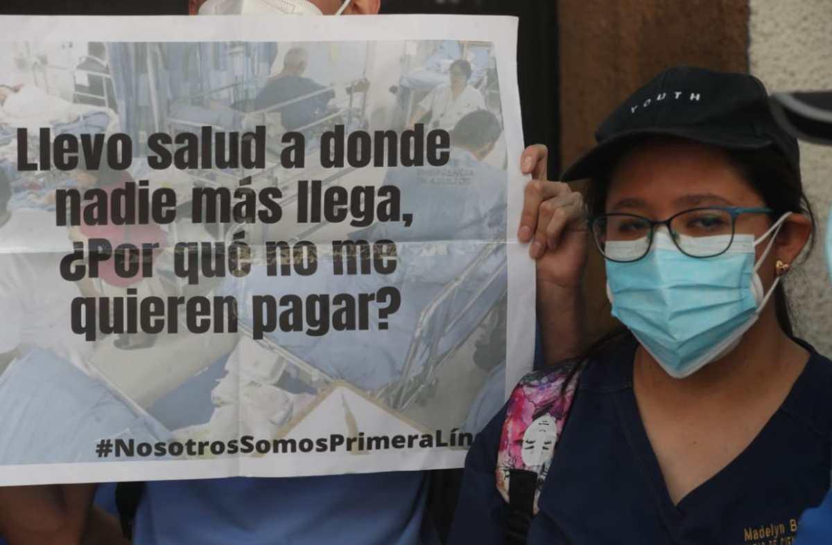 Estudiantes de medicina de la Usac protestan frente al Congreso para exigir que la ley de emergencia por el covid-19 incluya pago de la beca estudiantil