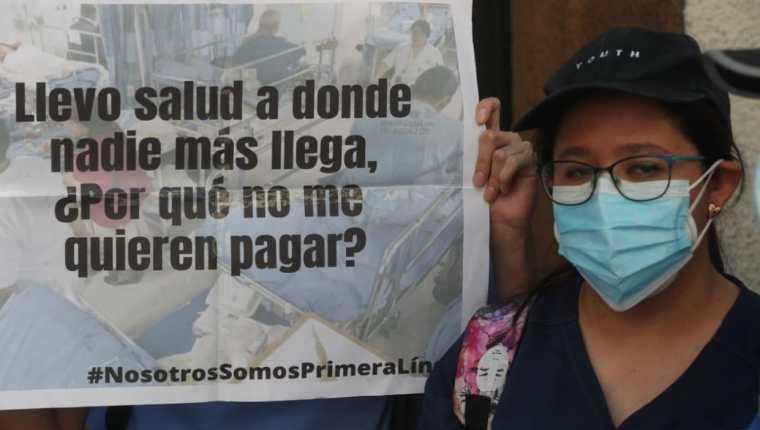 Estudiantes de medicina exigen pago de la beca estudiantil frente al Congreso. (Foto Prensa Libre: Érick Ávila)