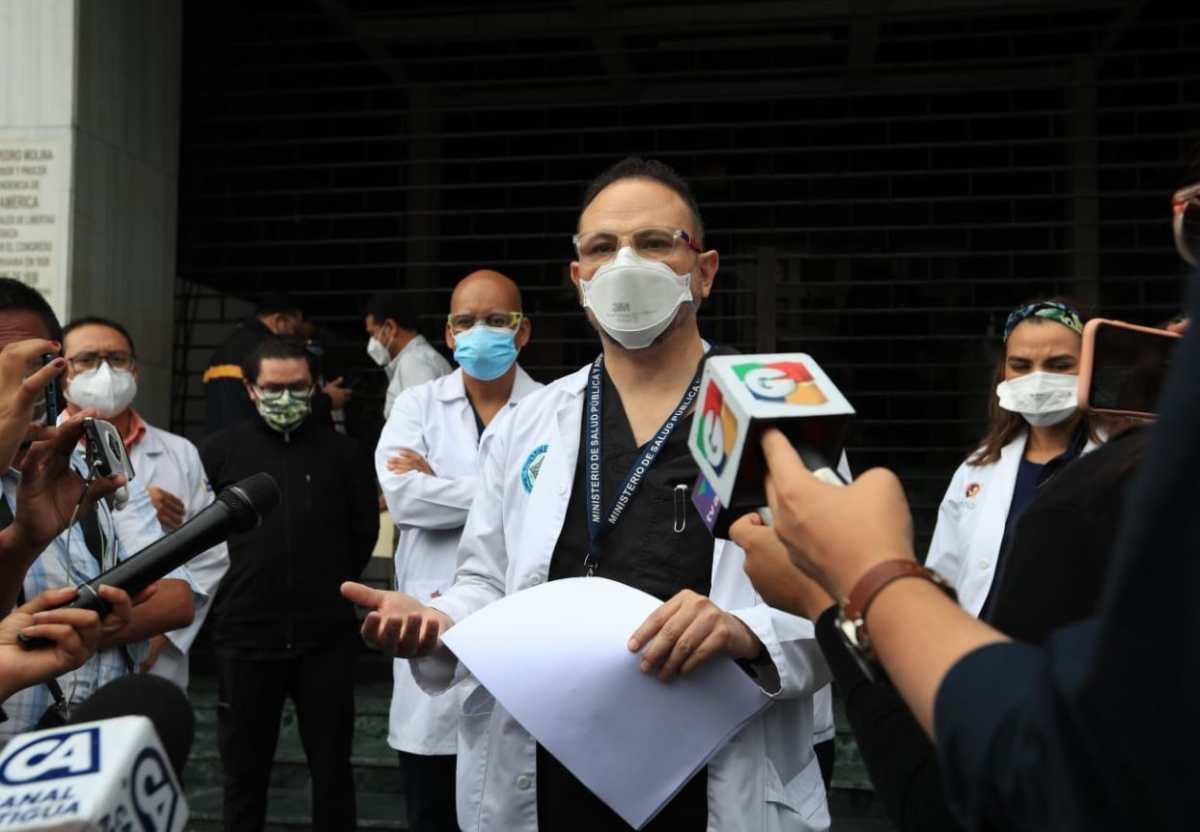 Médicos del Hospital Roosevelt presentan amparo contra Giammattei y la ministra Flores, por mal manejo de la pandemia y lanzan propuesta