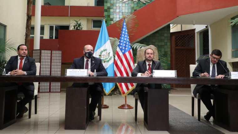 Raúl Berríos, secretario ejecutivo de Conamigua; embajador de EE. UU., William Popp; canciller guatemalteco, Pedro Brolo y Estuardo Rodríguez, director del IGM durante la conferencia de prensa. (Foto Prensa Libre: Minex)