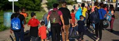 Migrantes son retornados a su suerte en la frontera de El Ceibo, Petén. (Foto Prensa Libre: AFP)