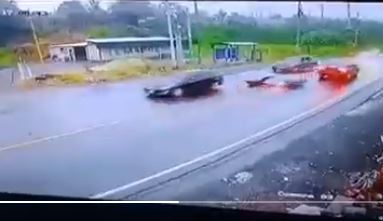 Momento en que motorista derrapa en plena vía transitada. (Captura: PampichiNews)