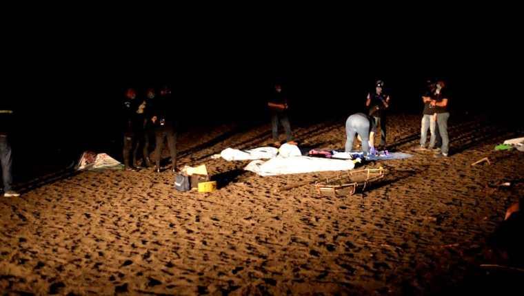Una mujer de 19 años y sus hijas de 3 y 4 años muerieron supuestamente ahogadas en las playas de Tulate, San Andrés Villa Seca, Retalhuleu. (Foto Prensa Libre: Victoria Ruiz)
