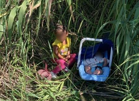 A la orilla del río y con un mensaje: el dramático caso de dos niños que fueron rescatados (por suerte) por la Patrulla Fronteriza
