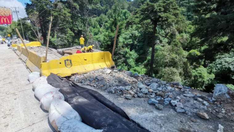 El agua dañó los gaviones y talud en el carril auxiliar del km 12 de la ruta a El Salvador, Santa Rosalía. (Foto Prensa Libre: Fernando Cabrera)
