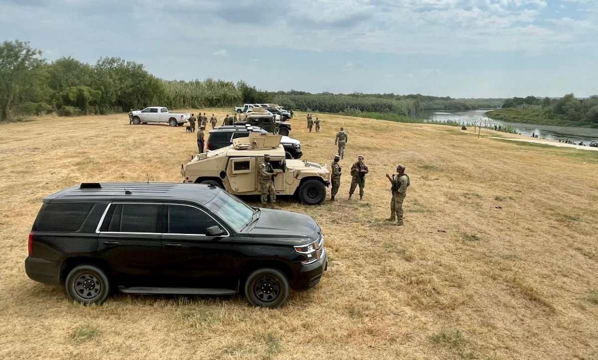 La barrera de carros con la que el gobernador Abbot de Texas quiere impedir el ingreso de migrantes haitianos