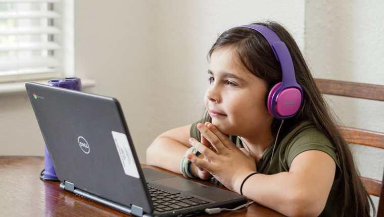 El uso de la computadora debe ser moderado para que no interfiera actividades sociales de la niñez. (Foto Prensa Libre: Thomas Park en Unsplash).