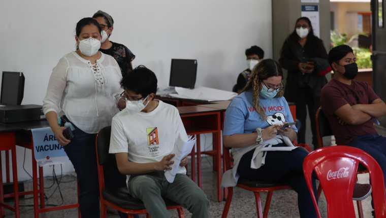 No se ha oficializado la vacunación contra el covid-19 en la población adolescente. El grupo a inmunizar es de 2.1 millones. (Foto Prensa Libre: Hemeroteca PL)