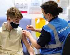 Cada vez son más los países que están inoculando a los menores contra el coronavirus. PA