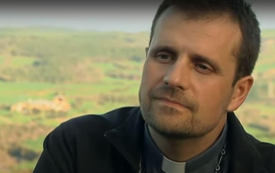 """Renuncia, relación sentimental y un exorcismo: la polémica que rodea a un obispo de España que dejó el cargo tras """"enamorarse"""""""