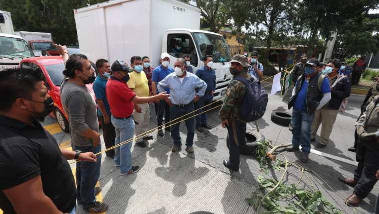 Pobladores discuten con veteranos militares por bloqueos en la vía hacia Chimaltenango. (Foto Prensa Libre: Juan Diego González)