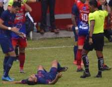 John Méndez después de lesionarse al minuto 2' del partido contra Iztapa. Su compañero en Municipal Jose Carlos Martínez lo obserba con preocupación. (Foto Prensa Libre: FutbolerosGT)