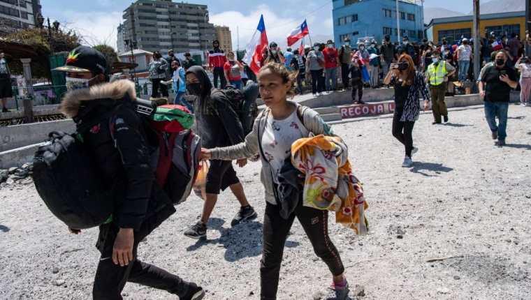 Decenas de venezolanos tuvieron que escapar de la marcha antiinmigrante que tuvo lugar el 26 de septiembre en la ciudad de Iquique (Chile).  (IMÁGENES FALSAS)