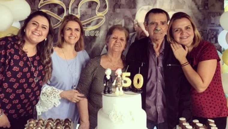 Se dice que Irene (centro) y Norberto (a su izquierda) celebraron su 54 aniversario de bodas en mayo.