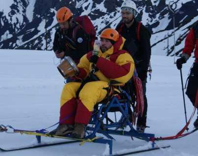 La conmovedora historia del chileno que llegó a la cumbre de un volcán en silla de ruedas (y al que 10 años después vuelve caminando)