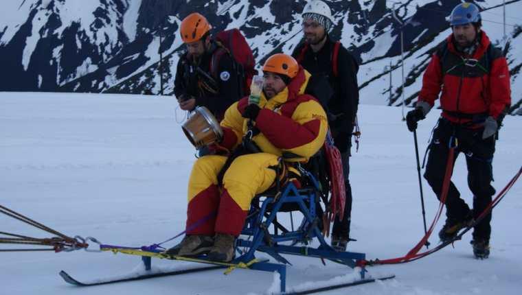 Para el viaje de 2011 adaptaron una silla de ruedas y le pusieron esquís.