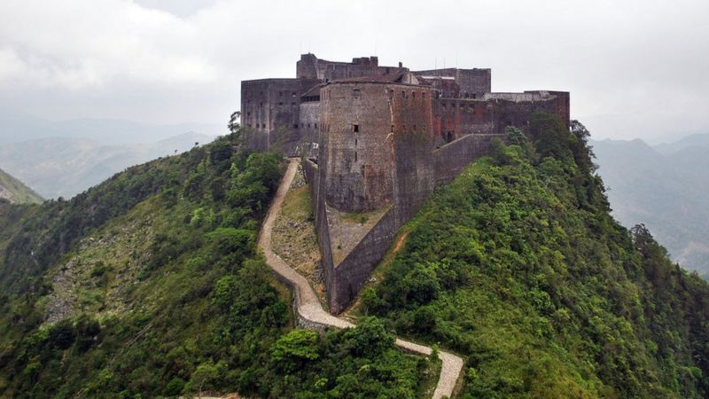 La Ciudadela de Laferrièr, que corona la montaña del Gorro del Obispo, es la mayor fortaleza construida en el mundo Occidental.