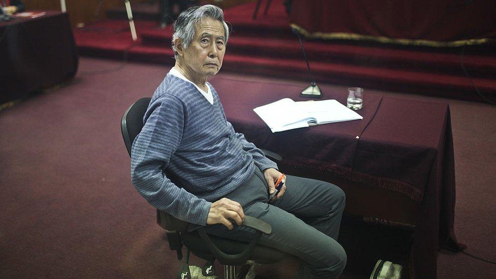 """Cómo Alberto Fujimori se volvió """"el preso más caro"""" de Perú y por qué la justicia del país quiere acabar con sus """"privilegios carcelarios"""""""