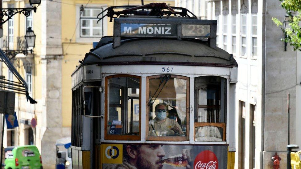 """""""Capitalismo de la sardina"""": en qué consiste la receta económica que ha convertido a Portugal en un exitoso ejemplo de crecimiento en Europa"""
