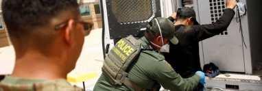 Agentes de la patrulla fronteriza de Estados Unidos detienen a un migrante en el estado estadounidense de Nuevo México. Reuters