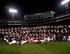 Los Boston Red Sox celebraron la clasificación en Fenway Park. (Foto Prensa Libre: AFP)