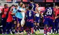 Sergiño Dest #2 celebra con sus compañeros el gol que anotó este miércoles 13 de octubre ante Costa Rica. Foto Prensa Libre: AFP.