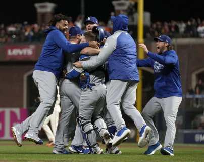 Los Dodgers de Los Angeles celebran el triunfo frente a los Gigantes de San Francisco. (Foto Prensa Libre: AFP).