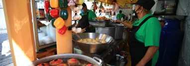 Tras varios meses de restricciones, los tradicionales platillos ya se pueden obtener en calles aledañas a Santo Domingo. (Foto Prensa Libre: Carlos Hernández)
