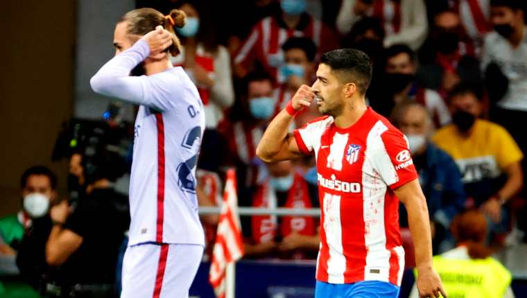 El delantero del Atlético de Madrid Luis Suárez (d), tras poner el 2-0 ante el Barcelona, simuló con la mano una llamada por teléfono con un destinatario fácilmente imaginable: Ronald Koeman. (Foto Prensa Libre: EFE)
