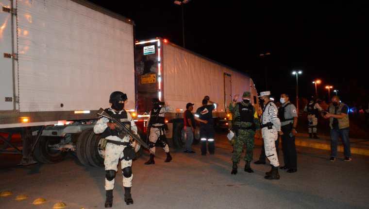 Miembros de la Guardia Nacional y de la Defensa Nacional custodian tres camiones que viajan con migrantes centroamericanos en el municipio de Hidalgo, Tamaulipas, México. (Foto Prensa Libre: EFE)
