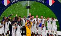 Los jugadores de Francia celebran mientras levantan el segundo trofeo de la UEFA Nations League ante España. (Foto Prensa Libre: EFE)