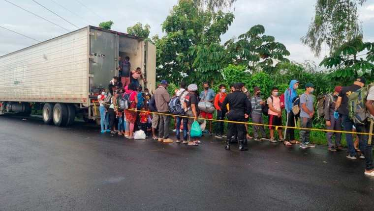 Fotografía cedida por la policía Nacional que muestra a las fuerzas de seguridad mientras rescatan a 126 migrantes procedentes de Haití, Nepal y Ghana que fueron abandonados. (Foto Prensa Libre: EFE)