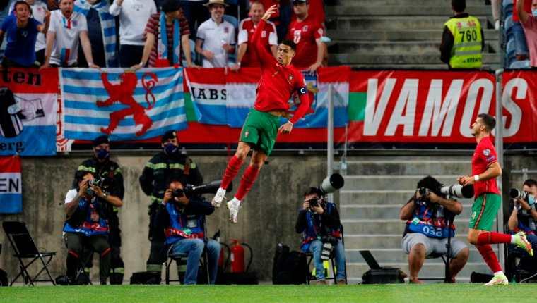 Cristiano Ronaldo celebra después de marcar uno de sus tres goles frente a Luxemburgo. (Foto Prensa Libre: EFE)
