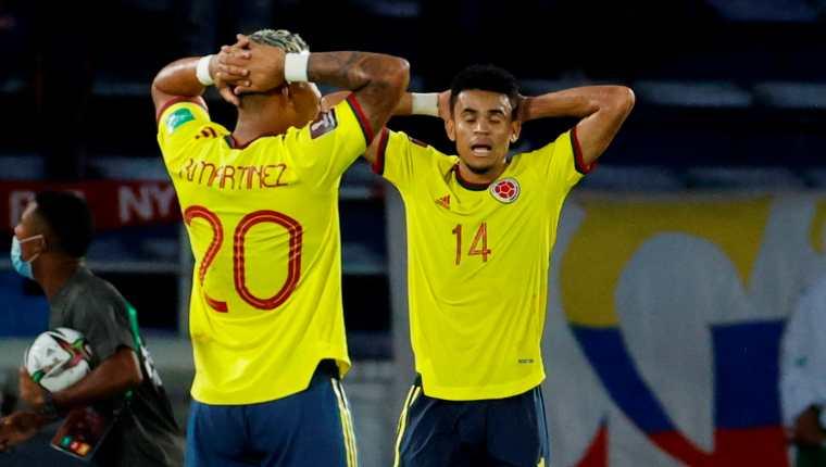 Roger Martínez (i) y Luis Díaz, de Colombia, se lamentan el empate contra Ecuador, durante un partido por las eliminatorias. (Foto EFE).