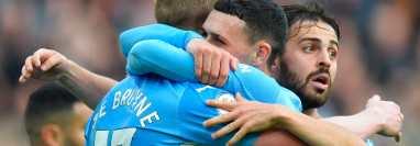 El jugador del Manchester City Kevin De Bruyne (17) festeja con sus compañeros Phil Foden (centro) y Bernardo Silva después del 2-0 al Burnley. (Foto Prensa Libre: EFE)