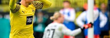 El delantero del Borussia Dortmund Erling Haaland celebra después de conseguir el 2-0 de penal ante el 1. FSV Mainz 05 en el Signal Iduna Park. (Foto Prensa Libre: EFE)