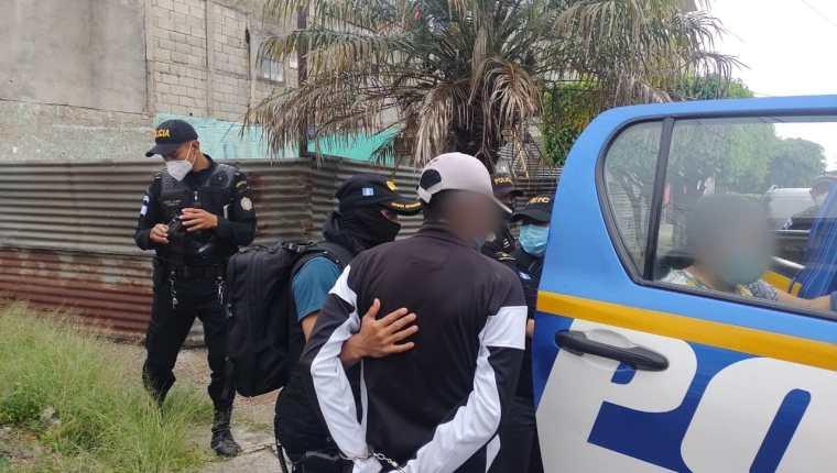 Agentes de la PNC y fiscales del MP durante uno de los operativos antipandillas. (Foto Prensa Libre: PNC)