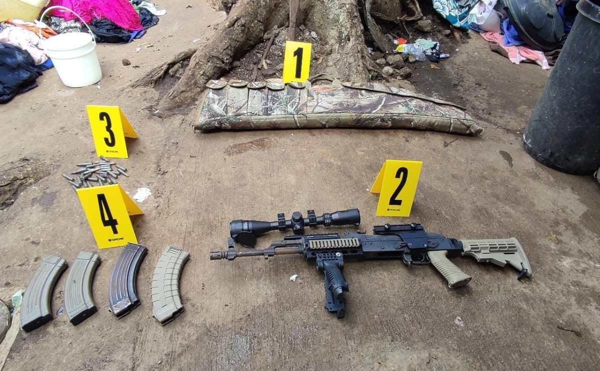 Capturan a mujer y le incautan fusiles de asalto, municiones y una mira telescópica en operativo antipandillas