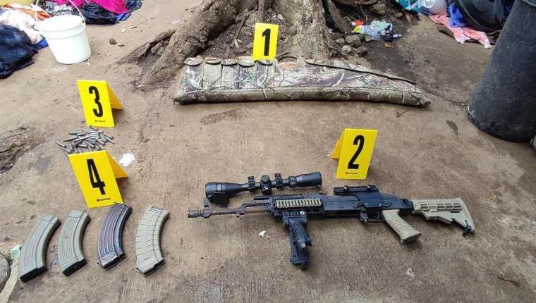 Durante los allanamientos, las fuerzas de seguridad localizaron varias armas de fuego. (Foto Prensa Libre: PNC)