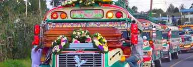 Una singular caravana acompaña los restos de transportista de Totonicapán. (Foto San Francisco El Alto/Facebook)