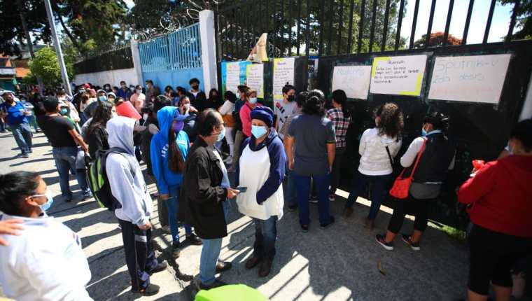 Decenas de personas hacen fila en busca de la vacuna de Pfizer en el puesto de vacunación Alida España, en la zona 3 de la capital, pero en ese lugar solo se contaba con 150 dosis. (Foto Prensa Libre: Carlos Hernandez Ovalle)