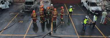 Varios vehículos fueron dañados en un parqueo del Congreso de la República por exmilitares que exigen una indemnización. (Foto Prensa Libre: María José Bonilla)
