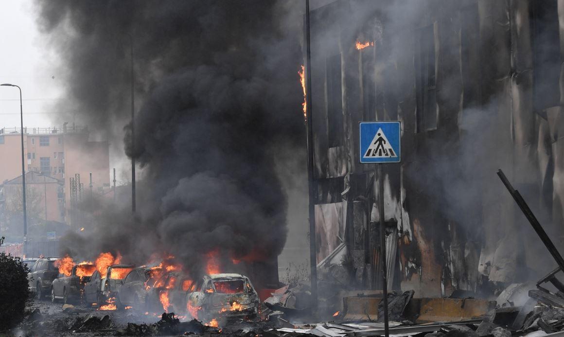 Ocho personas mueren al estrellarse un avión contra un edificio cerca de Milán
