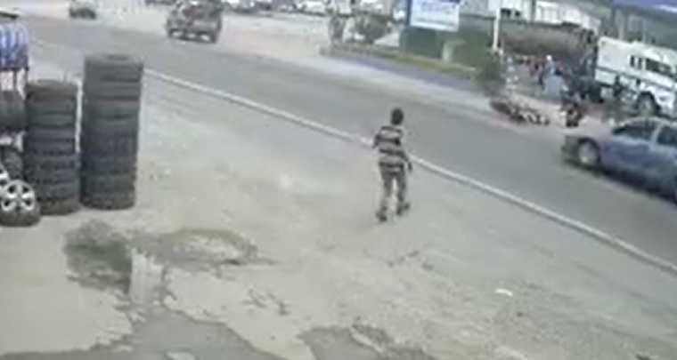 Momento del accidente en Teculután, Zacapa. (Foto Prensa Libre: Toma de de Facebook)