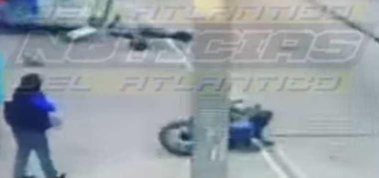 Momento del accidente de un motorista en la Avenida Petapa. (Foto Prensa Libre: Tomada de Facebook)