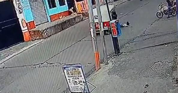 Momento en el que niña fue arrollada por un mototaxi en Retalhuleu. (Foto Prensa Libre: Tomada de video)