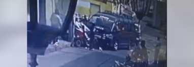 Cámara graba accidente de tránsito en la zona 1 de Retalhuleu. (Foto Prensa Libre: Tomada de redes sociales)