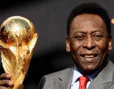 El exjugador brasileño Pelé posa junto al trofeo de FIFA afuera del Hotel de Ville en Paris. (Foto Prensa Libre: AFP)